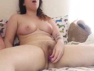 Chunky Nubile Vibs Her Clit To Orgasm