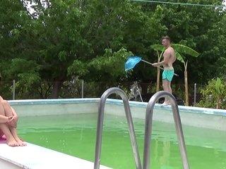 Mi novio me mira tomando el sol mientras el chico de mantenimiento limpia nuestra piscina. Mi novio le paga un dineral así que además de limpiarme la piscina me enseña el caboose