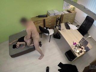 LOAN4K. Elis Dark chiede credito e allarga le gambe in ufficio