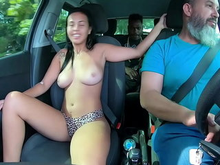 A novinha vai encarar o negão itsy-bitsy meio do trânsito ( continua itsy-bitsy Peppery ) Elisa Santos - Higor Negrao - Binho Ted